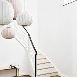 Knit Wit 45 Hanglamp is ontworpen door Iskos Berlin voor het Deense label Made by Hand. De Hanglamp heeft een diameter van 45 cm en is de kleinste in de serie Knit Wit hanglampen. Hoewel breien een oud ambacht is, was het nog niet toegepast voor moderne designlampen. De kap is gebreid van vlam vertragend polyester en verkrijgbaar in 12 kleuren.